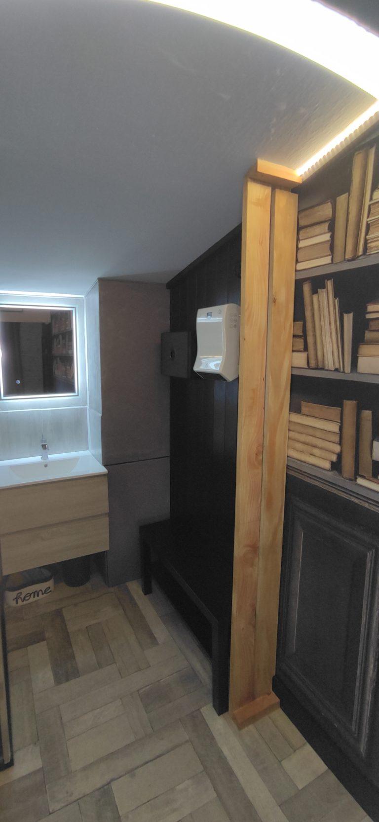 lavabo et miroir rétro-éclairé